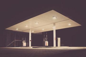 Beleuchtete Tankstelle bei Nacht.