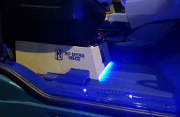 Beschriftung -No Shoes Inside- im Führerhaus eines LKW.
