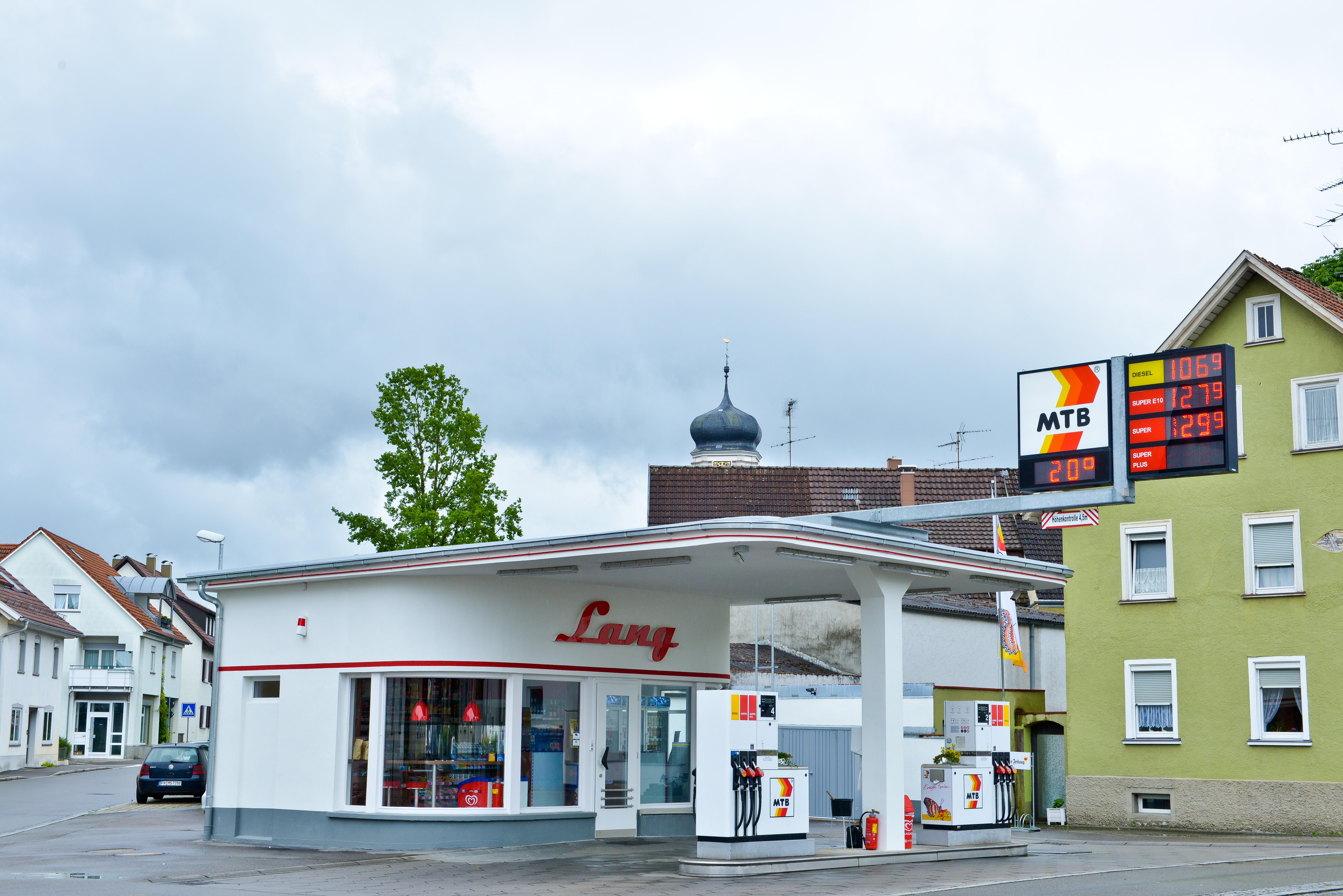 Die denkmalgeschützte MTB-Tankstelle in Tettnang bei Tag.