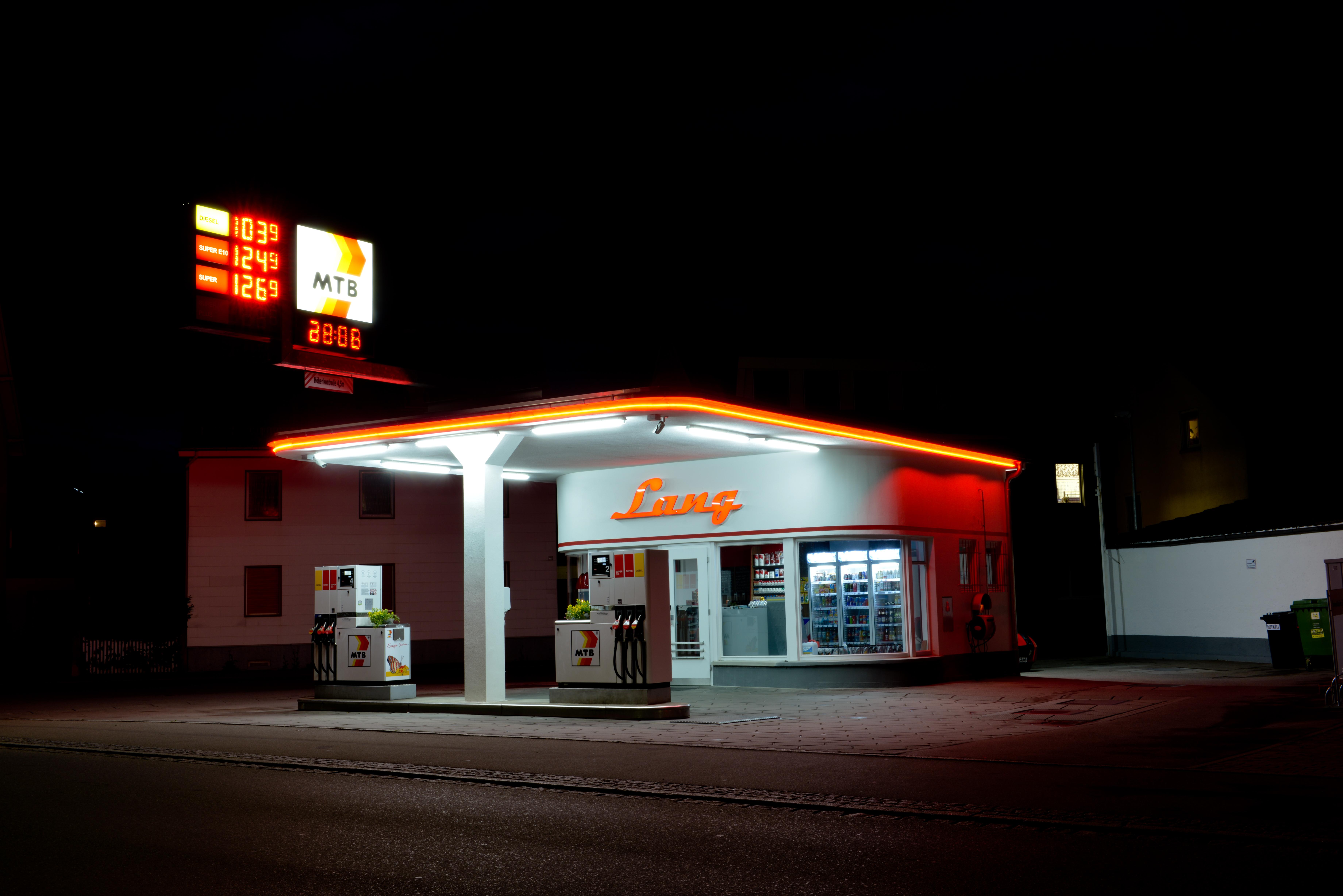 Die denkmalgeschützte MTB-Tankstelle in Tettnang bei Nacht.