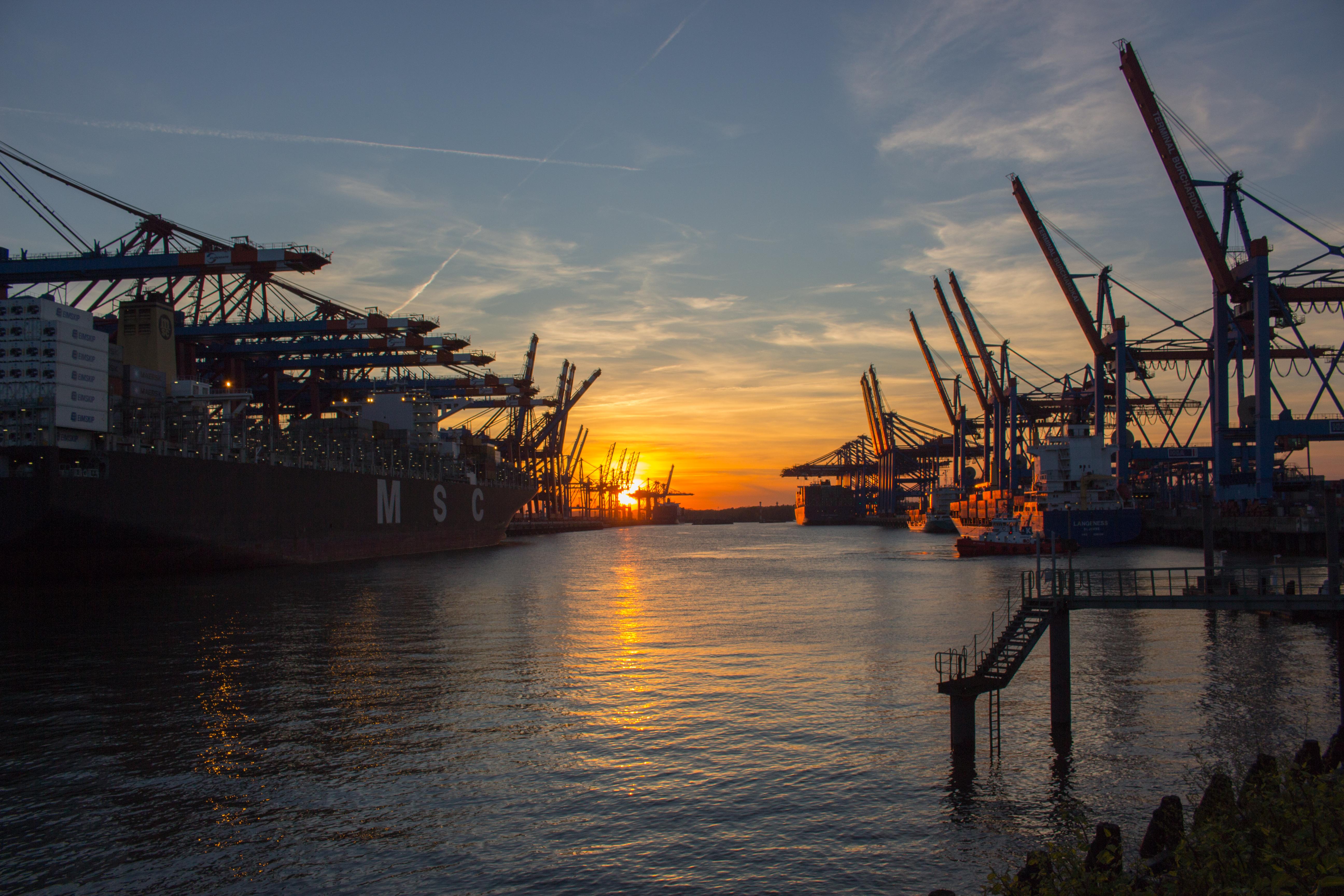 Einfahrt in den Containerhafen